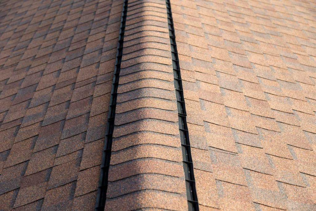 Roof shingles with ridge vent
