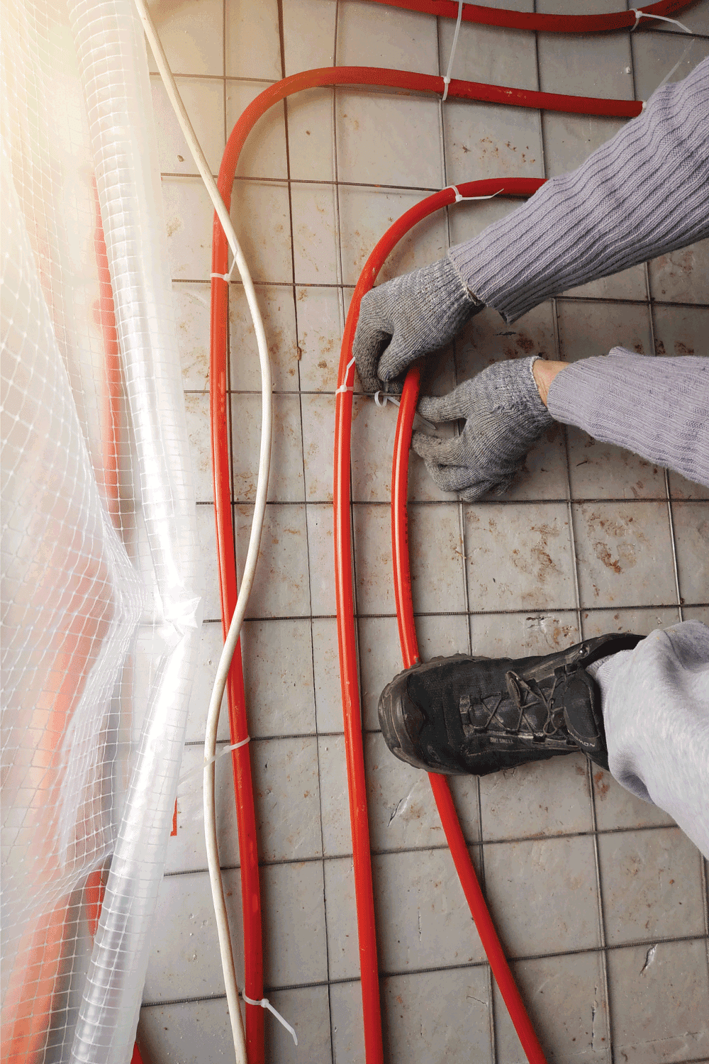 The master laid pipes on the floor for heating and floor heating